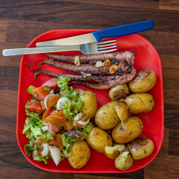 Lieblingsessen für die Essensphase: Krake mit Quetschkartoffeln und Salat.